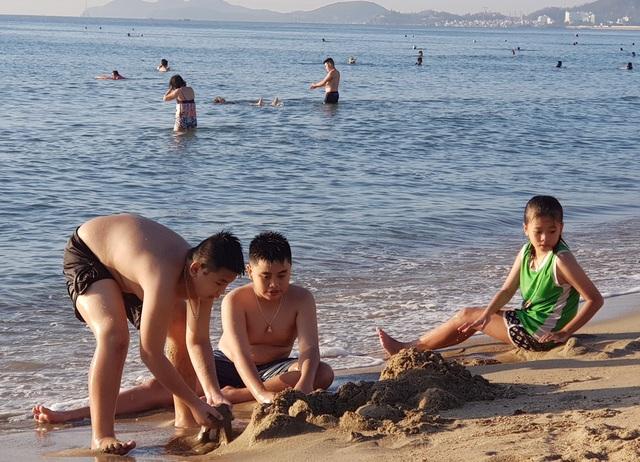 Nha Trang: Bãi biển lại nhộn nhịp sau lệnh nới lỏng giãn cách xã hội - 6