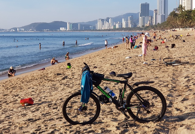 Nha Trang: Bãi biển lại nhộn nhịp sau lệnh nới lỏng giãn cách xã hội - 4