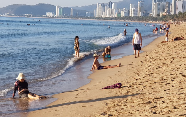Nha Trang: Bãi biển lại nhộn nhịp sau lệnh nới lỏng giãn cách xã hội - 8