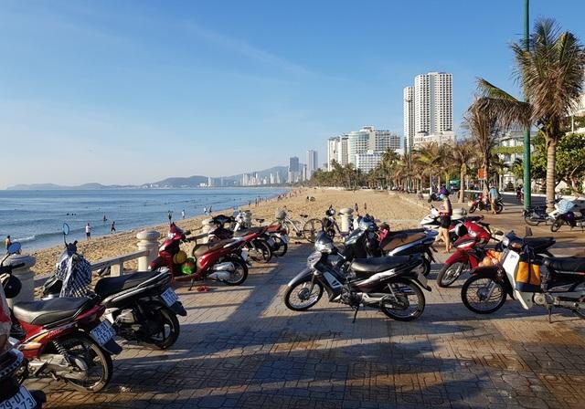 Nha Trang: Bãi biển lại nhộn nhịp sau lệnh nới lỏng giãn cách xã hội - 1