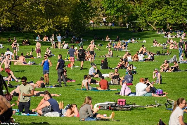 Thờ ơ với dịch bệnh, người Mỹ bắt đầu đổ xô ra công viên, đi tắm biển - 1