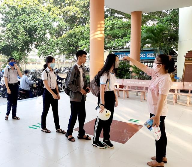 Học sinh háo hức đến sớm học buổi đầu tiên sau kỳ nghỉ dài vì Covid-19 - 6