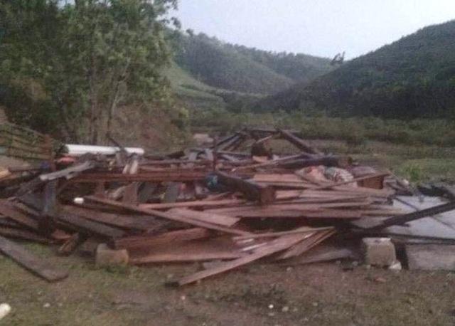 Lốc xoáy tốc mái nhiều nhà dân, cụ bà bị nhà đổ đè trọng thương - 2