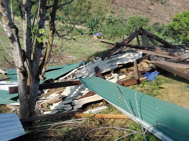 Lốc xoáy tốc mái nhiều nhà dân, cụ bà bị nhà đổ đè trọng thương - 1
