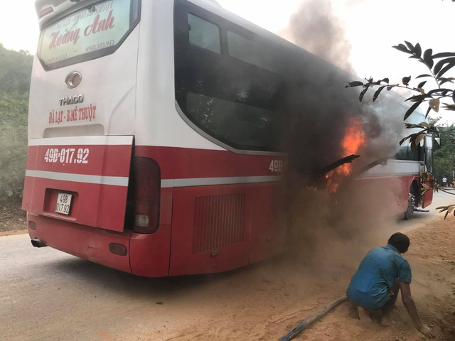 Xe khách bất ngờ bốc cháy, hàng chục người bỏ chạy tán loạn - 2