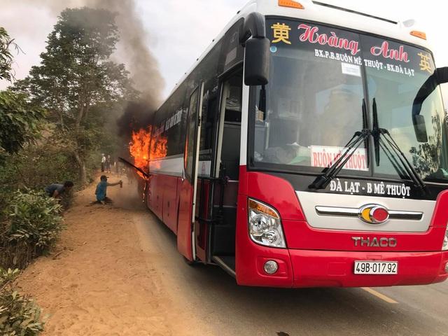 Xe khách bất ngờ bốc cháy, hàng chục người bỏ chạy tán loạn - 1