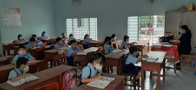 Học sinh háo hức đến sớm học buổi đầu tiên sau kỳ nghỉ dài vì Covid-19 - 13