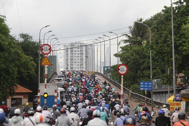 Cửa ngõ Sài Gòn kẹt cứng sau kỳ nghỉ lễ - 1