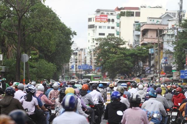 Cửa ngõ Sài Gòn kẹt cứng sau kỳ nghỉ lễ - 2