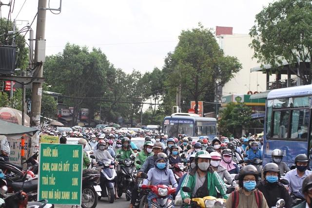 Cửa ngõ Sài Gòn kẹt cứng sau kỳ nghỉ lễ - 3