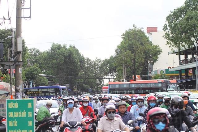 Cửa ngõ Sài Gòn kẹt cứng sau kỳ nghỉ lễ - 4