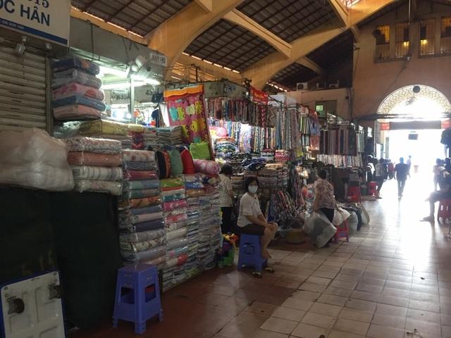 """Hàng loạt quầy, sạp tại chợ Bến Thành vẫn """"cửa đóng, then cài"""" vì ế khách - 17"""