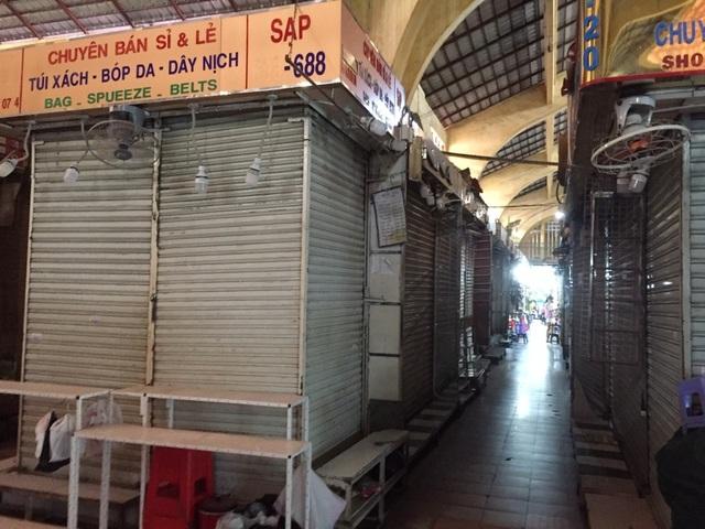 """Hàng loạt quầy, sạp tại chợ Bến Thành vẫn """"cửa đóng, then cài"""" vì ế khách - 9"""
