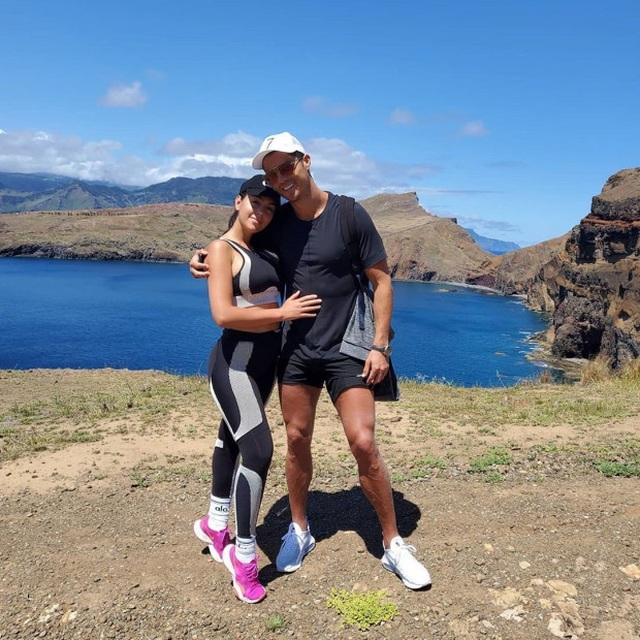 C.Ronaldo háo hức khoe ảnh leo núi cùng cô bạn gái xinh đẹp - 2