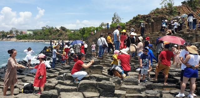 Phú Yên đón gần 14.000 lượt khách đến tham quan trong kỳ nghỉ lễ - 1