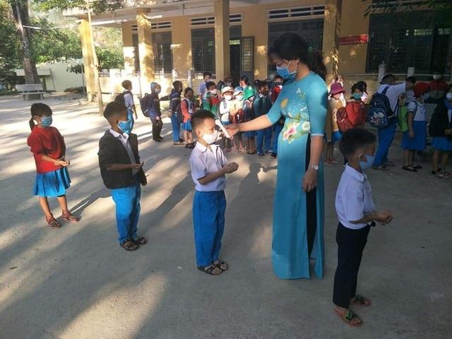 Quảng Ngãi: Ngày đầu đi học trở lại, bậc THPT vắng 837 học sinh - 2