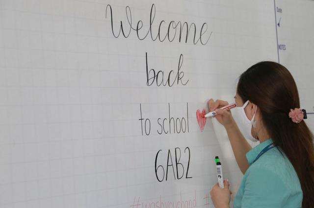 Sáng nay, học sinh tại 63 tỉnh thành đi học sau kì nghỉ dài chưa từng có - 1