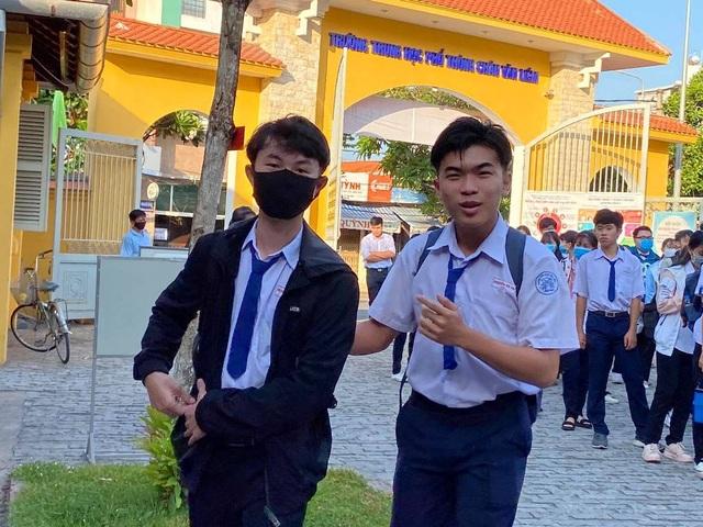 Học sinh háo hức đến sớm học buổi đầu tiên sau kỳ nghỉ dài vì Covid-19 - 9