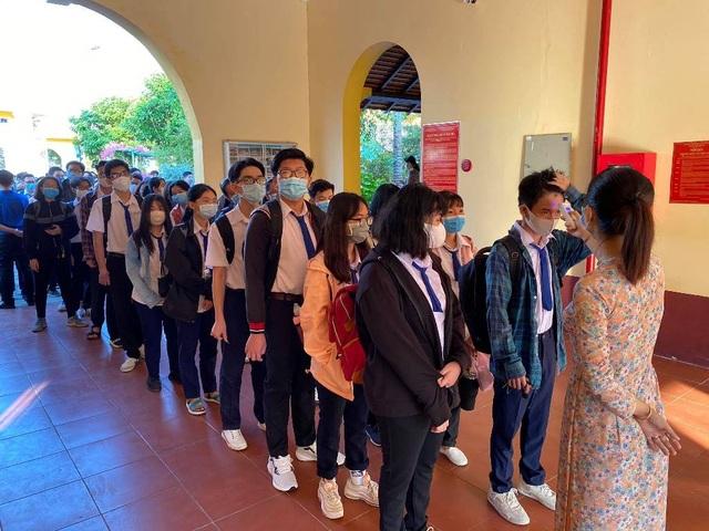 Học sinh háo hức đến sớm học buổi đầu tiên sau kỳ nghỉ dài vì Covid-19 - 10