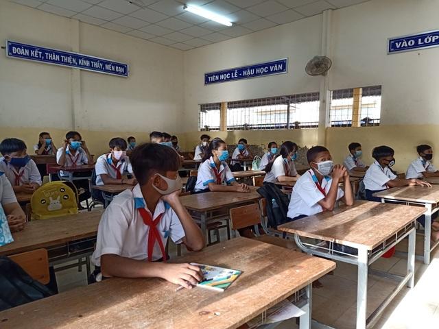 Học sinh háo hức đến sớm học buổi đầu tiên sau kỳ nghỉ dài vì Covid-19 - 4