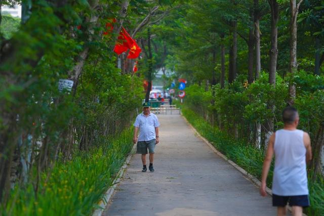 Người Hà Nội thích thú với đường đi bộ rợp cây xanh lãng mạn như phim Hàn - 1