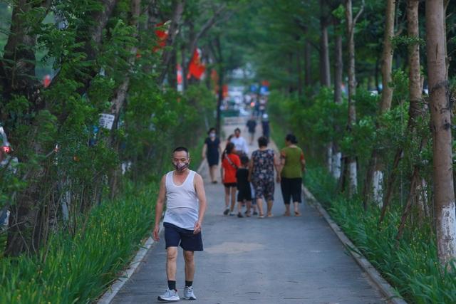 Người Hà Nội thích thú với đường đi bộ rợp cây xanh lãng mạn như phim Hàn - 5