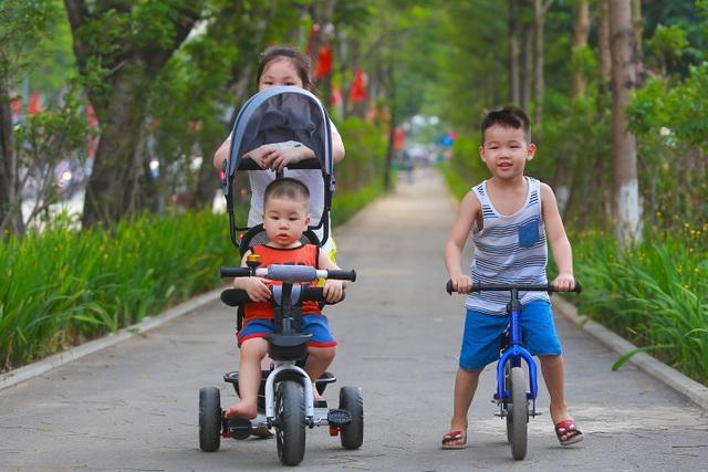 Người Hà Nội thích thú với đường đi bộ rợp cây xanh lãng mạn như phim Hàn - 6