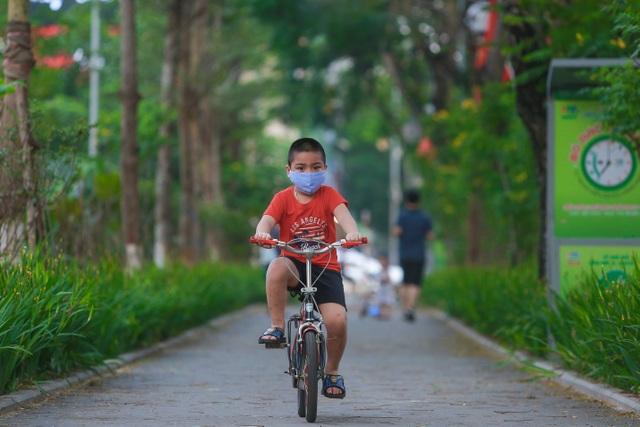 Người Hà Nội thích thú với đường đi bộ rợp cây xanh lãng mạn như phim Hàn - 7