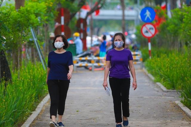 Người Hà Nội thích thú với đường đi bộ rợp cây xanh lãng mạn như phim Hàn - 8