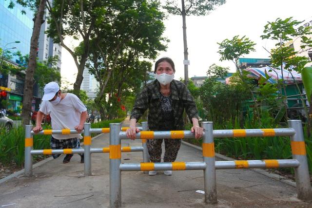 Người Hà Nội thích thú với đường đi bộ rợp cây xanh lãng mạn như phim Hàn - 9
