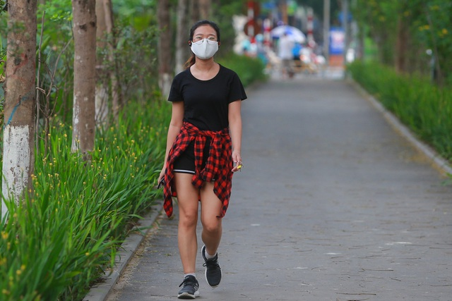 Người Hà Nội thích thú với đường đi bộ rợp cây xanh lãng mạn như phim Hàn - 10