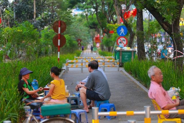 Người Hà Nội thích thú với đường đi bộ rợp cây xanh lãng mạn như phim Hàn - 11