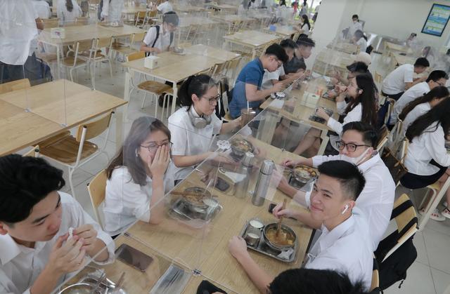 Bữa ăn bán trú đầu tiên thời Covid-19 của học sinh Hà Nội - 9