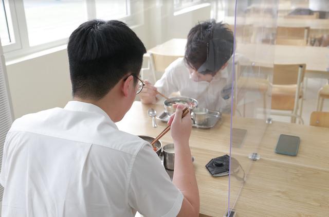 Bữa ăn bán trú đầu tiên thời Covid-19 của học sinh Hà Nội - 1