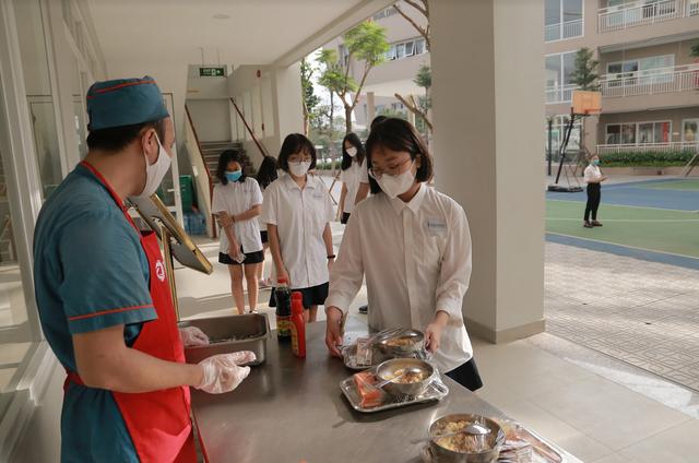 Bữa ăn bán trú đầu tiên thời Covid-19 của học sinh Hà Nội - 10