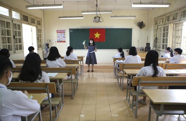 Hình ảnh: Cô trò chào cờ tại lớp trong ngày đầu trở lại trường - 7