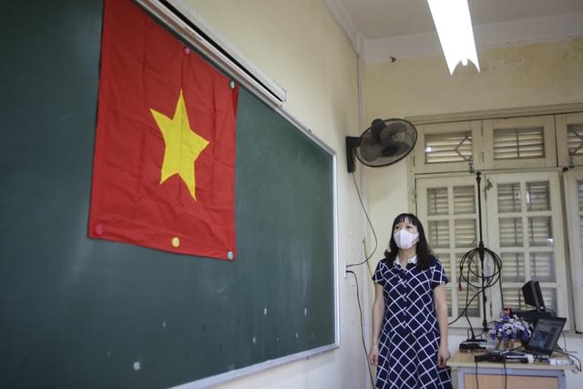 Hình ảnh: Cô trò chào cờ tại lớp trong ngày đầu trở lại trường - 4