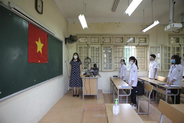 Hình ảnh: Cô trò chào cờ tại lớp trong ngày đầu trở lại trường - 3