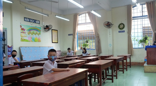 Đà Nẵng: Phụ huynh trang bị cho cả lớp đeo tấm ngăn giọt bắn đến trường - 3