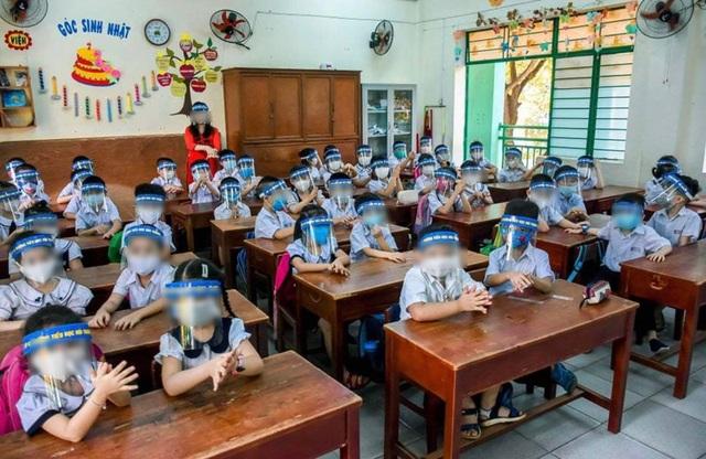 Đà Nẵng: Phụ huynh trang bị cho cả lớp đeo tấm ngăn giọt bắn đến trường - 1