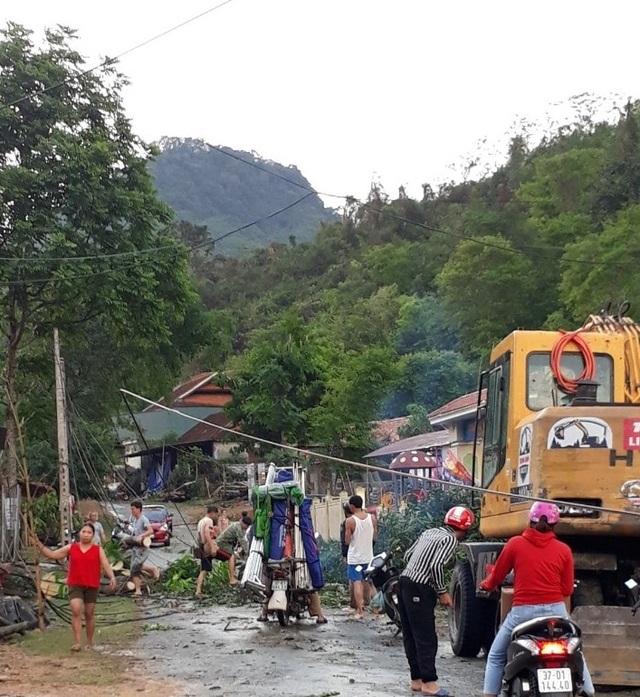 Cận cảnh trận lốc xoáy càn quét bản làng xứ Nghệ - 1