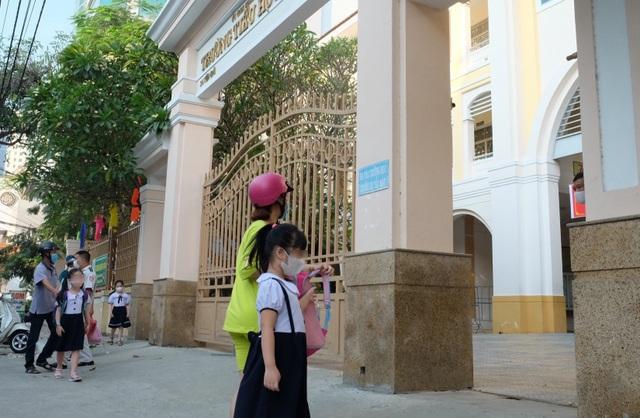 Đà Nẵng: Phụ huynh trang bị cho cả lớp đeo tấm ngăn giọt bắn đến trường - 2