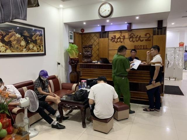 Bắt quả tang 4 cặp nam nữ mua bán dâm trong khách sạn - 2