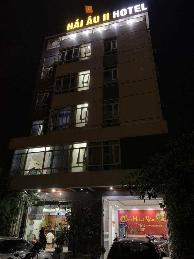 Bắt quả tang 4 cặp nam nữ mua bán dâm trong khách sạn - 1