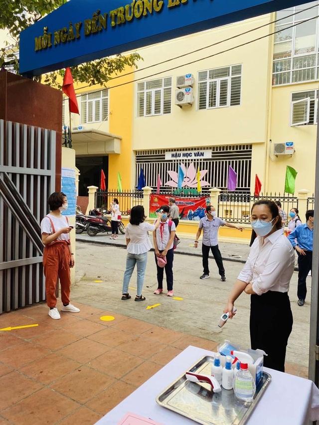 Các trường THCS quận Hoàn Kiếm náo nức đón HS trở lại sau đợt nghỉ dịch - 4