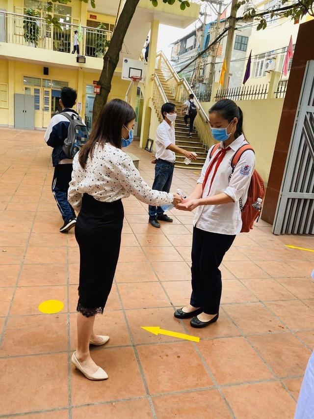 Các trường THCS quận Hoàn Kiếm náo nức đón HS trở lại sau đợt nghỉ dịch - 5