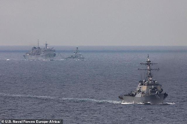 Tàu chiến Mỹ lần đầu qua biển Barents sau hơn 30 năm, tàu Nga bám sát - 1