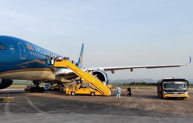 Chuyến bay đưa 224 người Việt từ Pháp hạ cánh xuống Vân Đồn - 1