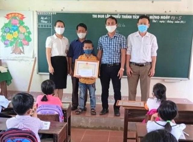 Trao Bằng khen của Bộ GDĐT cho học sinh cứu hai người khỏi đuối nước - 1