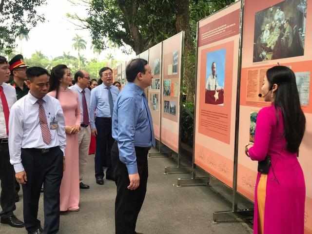 Trưng bày 250 bức ảnh tư liệu về cuộc đời - sự nghiệp Chủ tịch Hồ Chí Minh - 4